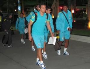 Damião, Oscar e Paulinho no desembarque da Seleção no Recife (Foto: Leandro Canônico / Globoesporte.com)