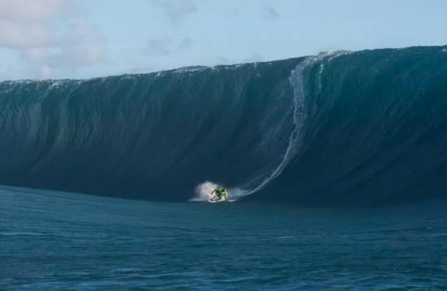 Everaldo Pato surfe Teahupoo (Foto: Divulgação/Ray Collins)