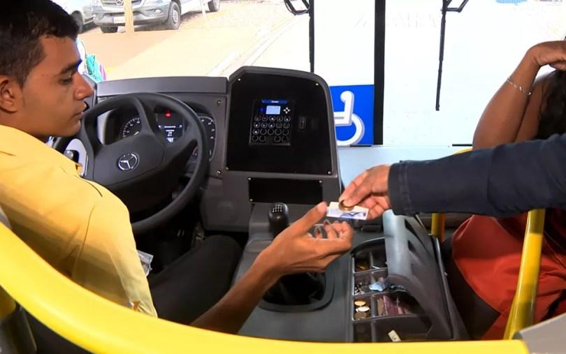 Grande parte dos usuários tem usado dinheiro para pagar a passagem de ônibus em Indaiatuba (Foto: Reprodução/EPTV)
