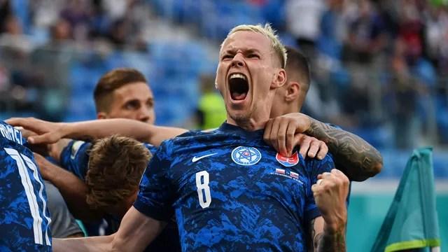 Ondrej Duda comemora o gol da vitória da Eslováquia