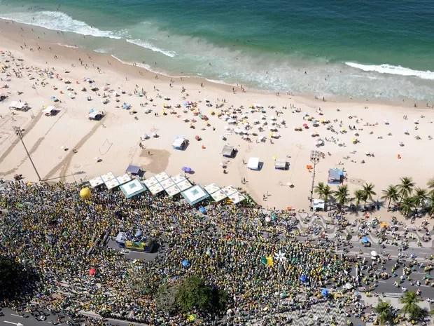 Vista aéra do protesto no Rio, em Copacabana (Foto: Alexandre Durão / G1)