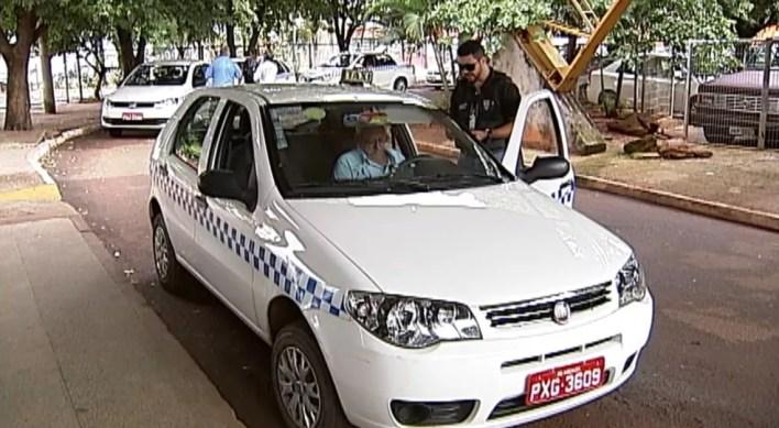 Táxis autorizados são brancos, com identificação visual e placas vermelhas (Foto: Reprodução/TV Integração)