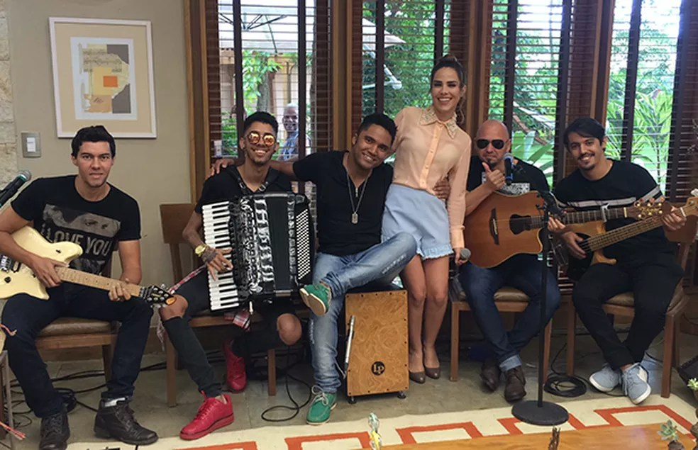 Wanessa com a sua banda nos bastidores do 'É de Casa' (Foto: Paula Oliveira/Gshow)