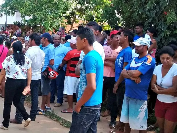 População do Bujari se concentra em frente à delegacia da cidade  (Foto: Aline Nascimento/G1)