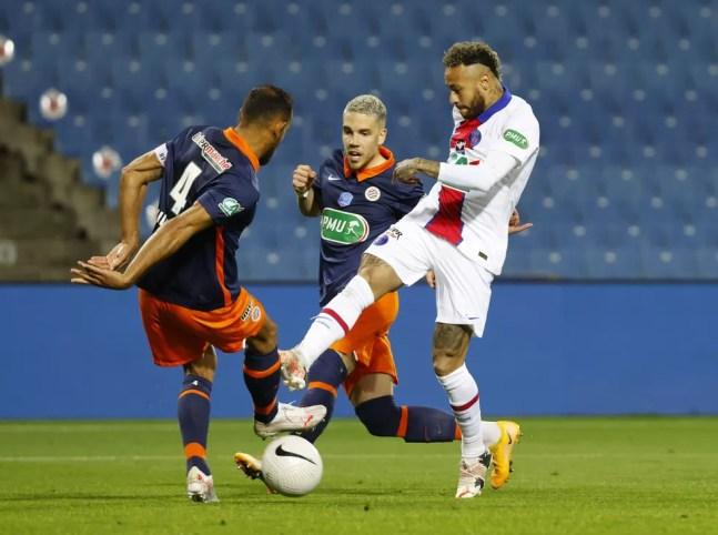 Neymar em ação contra o Montpellier: camisa 10 entrou aos 40 do segundo tempo e levou amarelo — Foto: Eric Gaillard/Reuters
