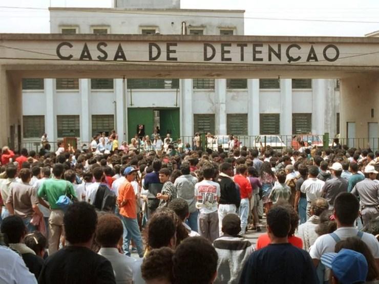Foto de 92 mostra multidão de parentes e curiosos na entrada do Carandiru à espera de notícias (Foto: Heitor Hui/Estadão Conteúdo/Arquivo)