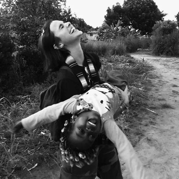 Bruna Marquezine em visita à Angola (