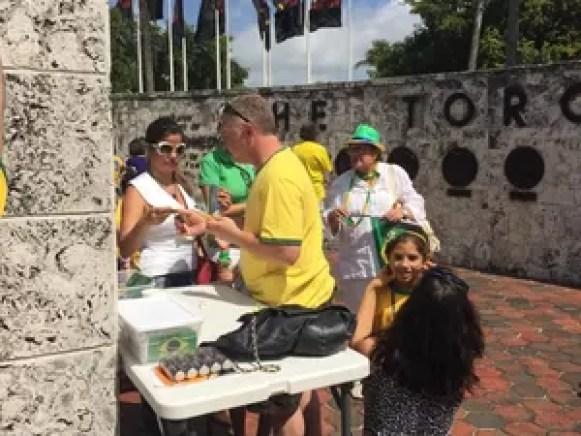 Bruno (centro), organizador do protesto contra o governo em Miami, neste domingo (15) (Foto: Carolina Camargo/G1)