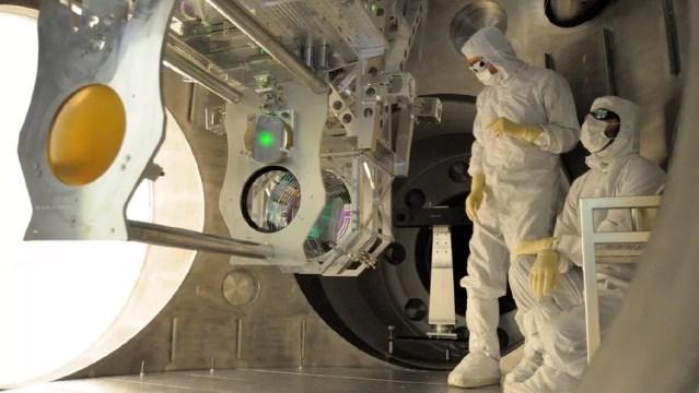 Máquinas Advanced LIGO disparam lasers através de longos túneis, tentando sentir ondulações no tecido do espaço-tempo — Foto: NSF/LIGO