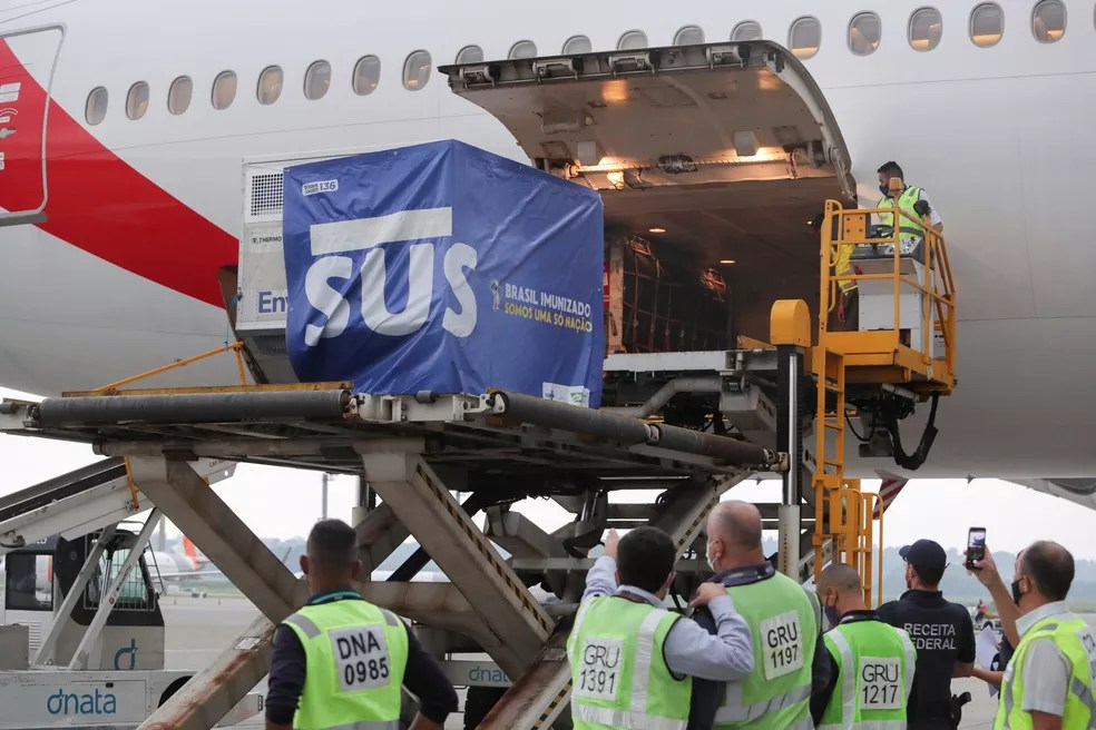 2 milhões de doses da vacina de Oxford desembarcam no aeroporto de Guarulhos, em SP, nesta sexta-feira (22). — Foto: REUTERS/Amanda Perobelli
