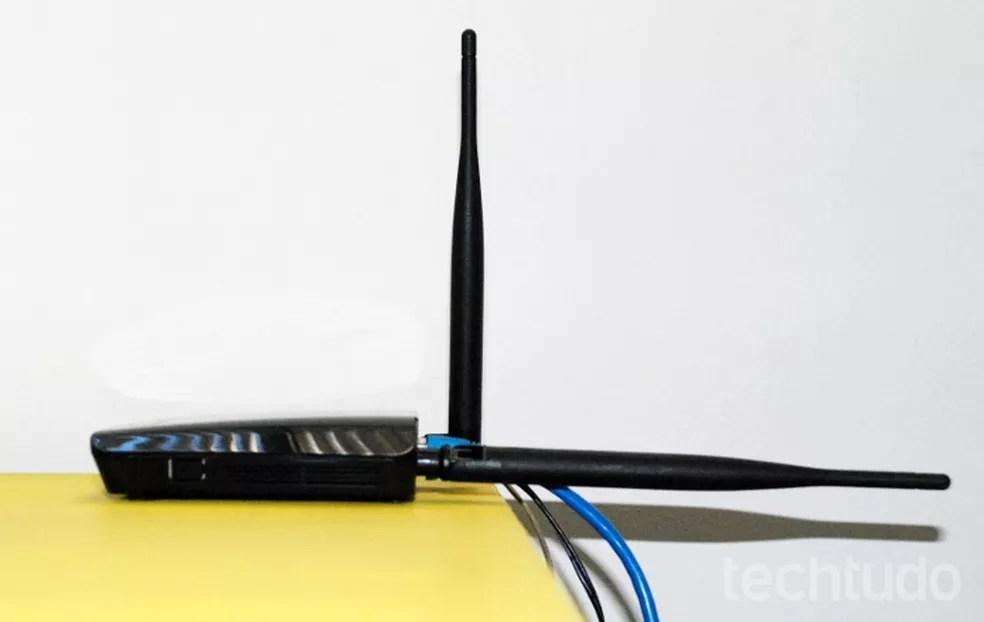 Roteador pode ficar com cada antena em uma posição diferente — Foto: Raquel Freire/TechTudo