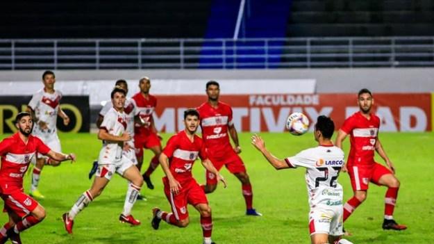 Marcelinho mata bola no peito antes de fazer o gol de empate do Vitória contra o CRB