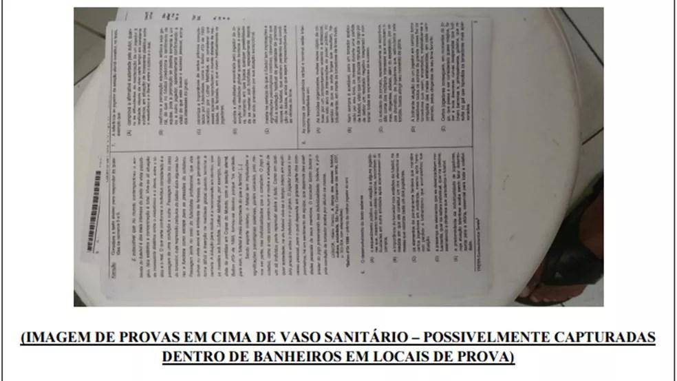 Polícia encontrou fotos de provas de concursos tiradas em banheiros, aparentemente ainda nos locais de prova, durante a Operação Gabarito (Foto: Reprodução/Polícia Civil da Paraíba)
