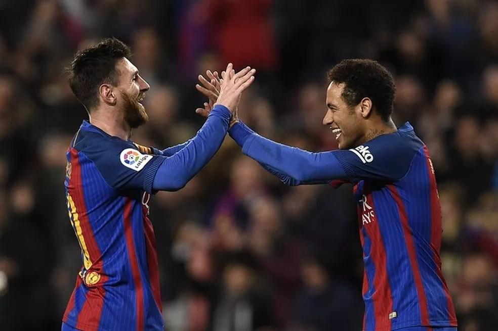Messi e Neymar comemoram gol  (Foto: AFP)