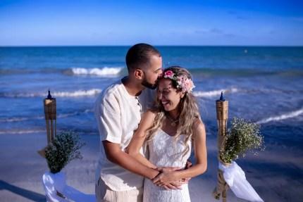 Elisa e Giordano estão juntos há quase dois anos e realizaram um casamento sem convidados na praia — Foto: Djeison Zennon/Estúdio Casa Amarela/Divulgação