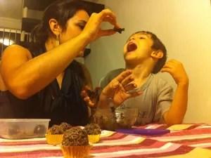 """""""Mostro a ele que existem outras comidas que podem acabar nos deixando doentes"""", diz a mãe (Foto: Carlos Dias/G1)"""