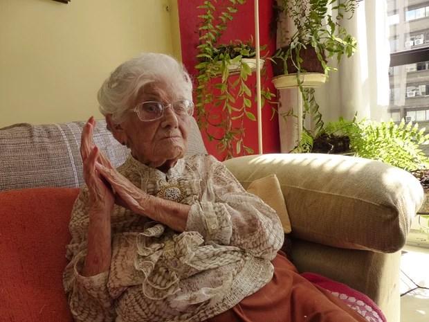Zaira Júlia Coelho Avelleda, de 102, foi a primeira professora do Colégio Júlia Wanderley, em Curitiba. (Foto: Bibiana Dionísio/ G1 )