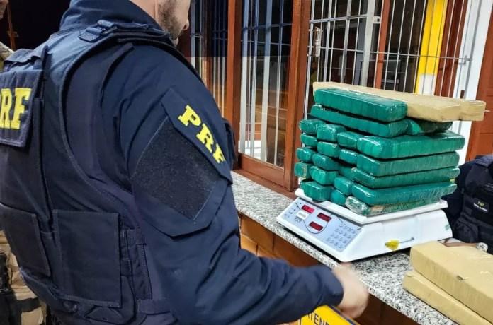 Maconha apreendida somou 125,6 quilos; três suspeitos foram presos em SC — Foto: PRF/Divulgação