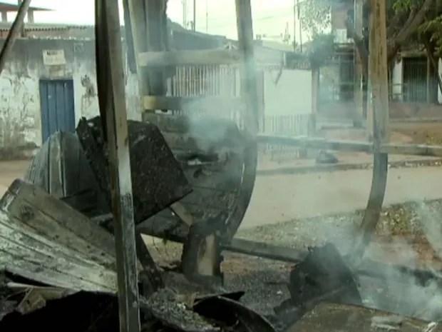 Posto policial de Sambaia ainda soltando fumaça após ser incendiado durante madrugada (Foto: TV Globo/Reprodução)