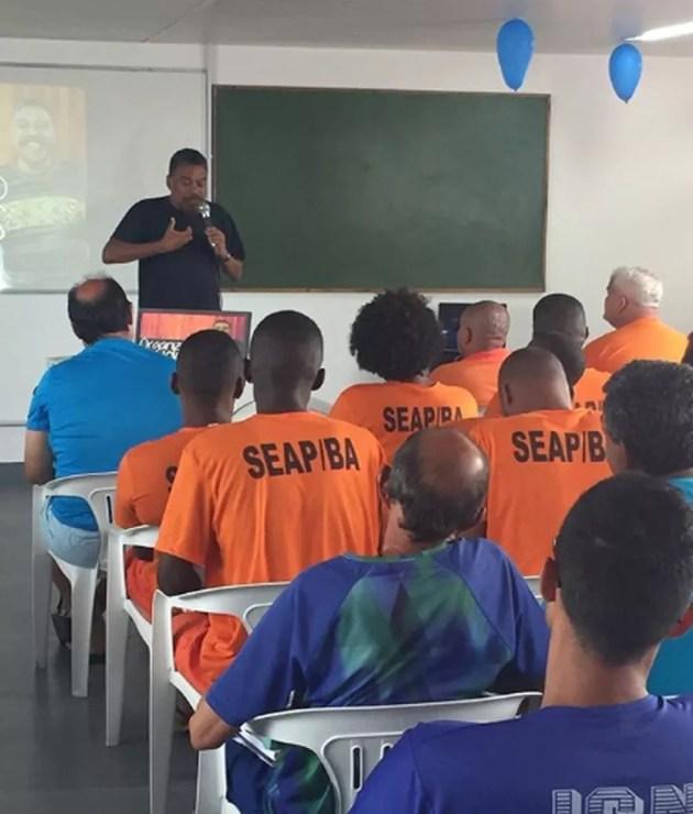 Jorge Portugal dando aula no projeto de ressocialização nos presídios da Bahia — Foto: Reprodução / Redes Sociais
