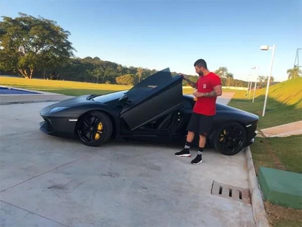 Gusttavo Lima ostenta carro de R$ 4,3 milhões (Foto: Reprodução / Instagram)