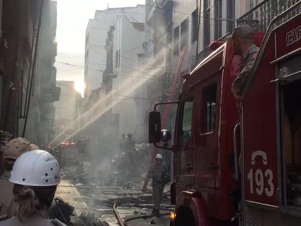 Bombeiros combatem o fogo no Centro (Foto: Matheus Rodrigues/G1)
