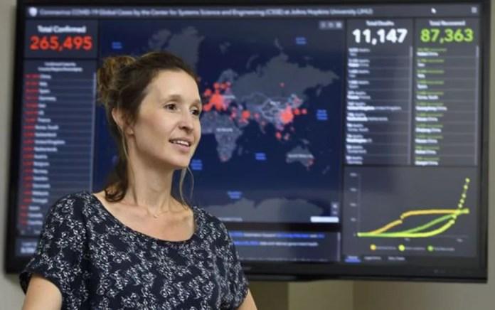 Lauren Gardner comanda portal da Universidade Johns Hopkins, que exibe dados da covid-19 ao redor do mundo — Foto: Divulgação/BBC