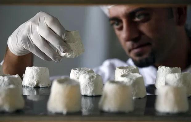 Queijo de leite de burra é considerado o mais caro do mundo. (Foto: Marko Djurica/Reuters), via G1