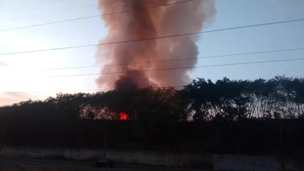 Incêndio em metalúrgica de Piracicaba começou na noite de quinta-feira (Foto: Edijan Del Santo/EPTV)