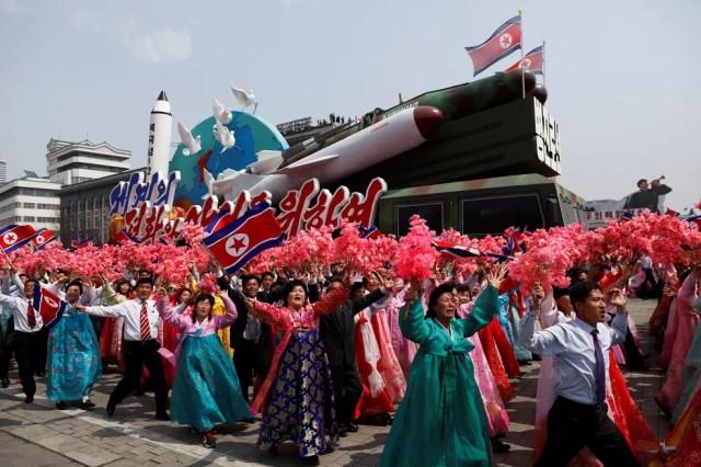 Desfile militar que marca o 105º aniversário de nascimento do pai fundador do país, Kim Il Sung, em Pyongyang, neste sábado (15) (Foto: REUTERS/Damir Sagolj)