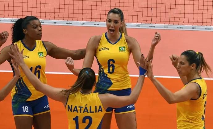 Time comemora após mais um ponto Brasil x Rússia vôlei (Foto: VANDERLEI ALMEIDA / AFP)