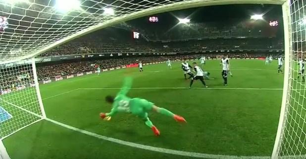 Defesa Neto no jogo entre Valencia e Celta (Foto: Reprodução)
