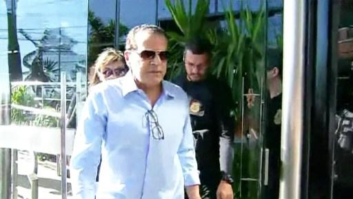 Henrique Eduardo Alves após deixar sua casa em Natal sendo conduzido pela Polícia Federal (Foto: Reprodução/TV Globo)
