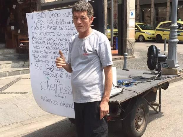 Morador de rua usa laptop (Foto: Bruno Albernaz / G1)