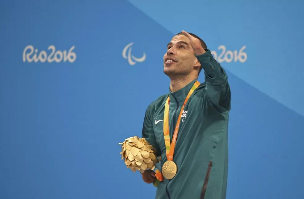 Descrição da imagem: com ouro no peito, Daniel Dias olha para cima — Foto: REUTERS/Sergio Moraes