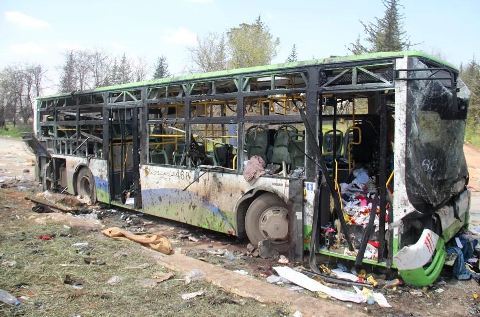 Ônibus levando pessoas evacuadas e destruído em ataque de carro bomba na Síria (Foto: Omar haj kadour / AFP)