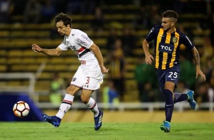 Rodrigo Caio foi expulso no primeiro tempo do duelo com o Rosario (Foto: Reuters)