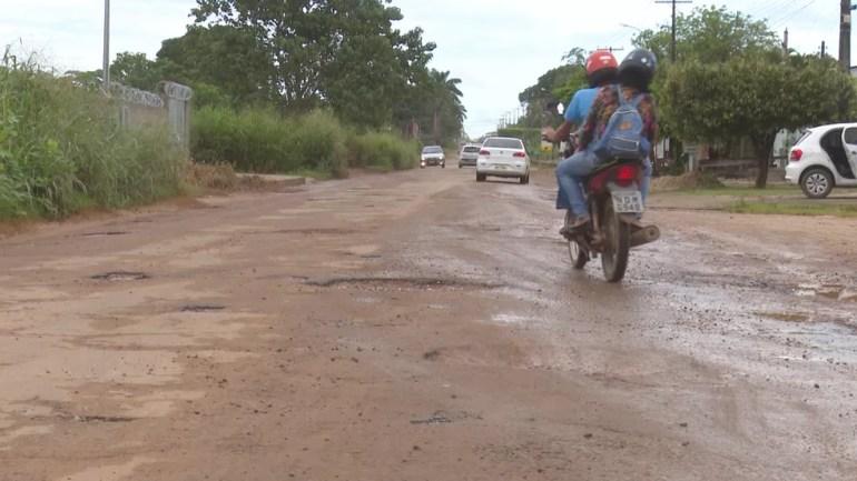 Veículos circulam por estrada que liga ao aeroporto de Ji-Paraná — Foto: Daniel Luciano/Rede Amazônica