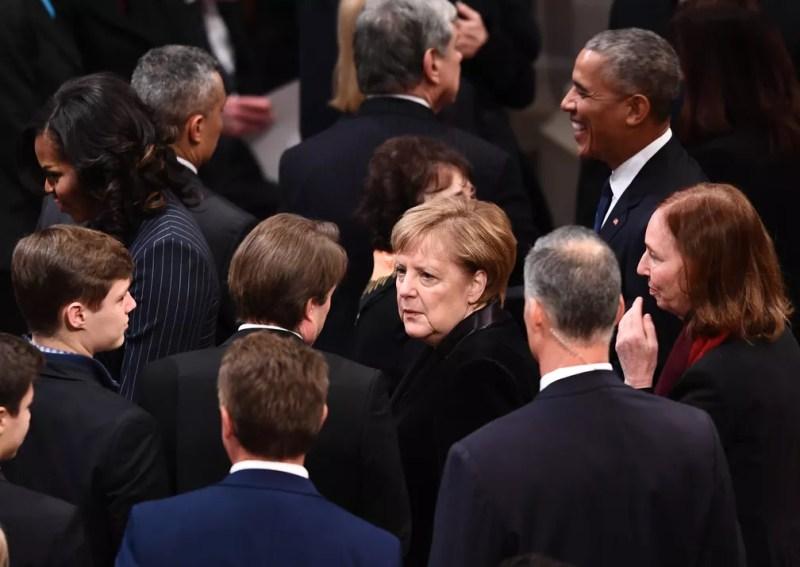 Chanceler alemã Angela Merkel chega para cerimônia de funeral do ex-presidente americano George H. W. Bush nesta quarta-feira (5) na Catedral Nacional em Washington — Foto: Brendan Smialowski / AFP