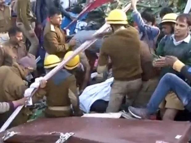 Equipes de resgate e voluntários na região onde trem descarrilou (Foto: ANI / via Reuters)