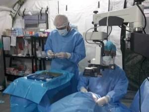 Cirurgia de catarata realizado por médicos da Associação Expedicionários da Saúde (Foto: Emmanuelle de Carvalho Santiago/ Arquivo pessoal)