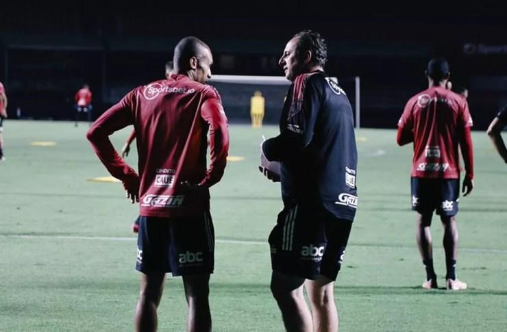 Rogério Ceni e Miranda conversam durante treino — Foto: Rubens Chiri / saopaulofc