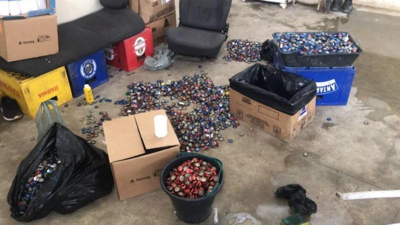 Centenas de tampinhas eram reaproveitadas na fábrica — Foto: Reprodução