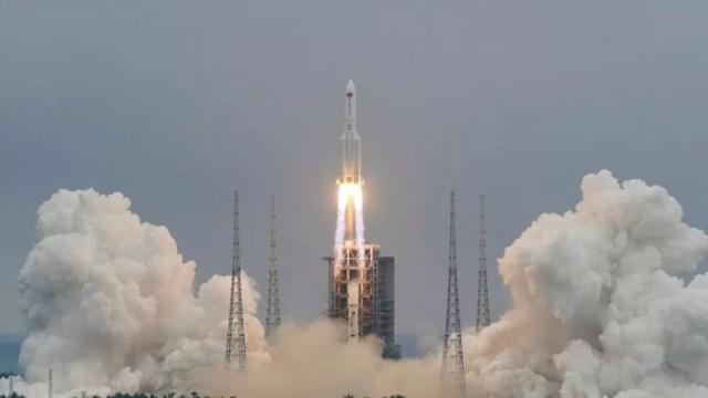 Lançamento do foguete 5B Longa Marcha, ligado a uma nova estação espacial chinesa; esse tipo de equipamento seria usado no plano hipotético de desviar um corpo celeste. — Foto: China Daily via Reuters/BBC