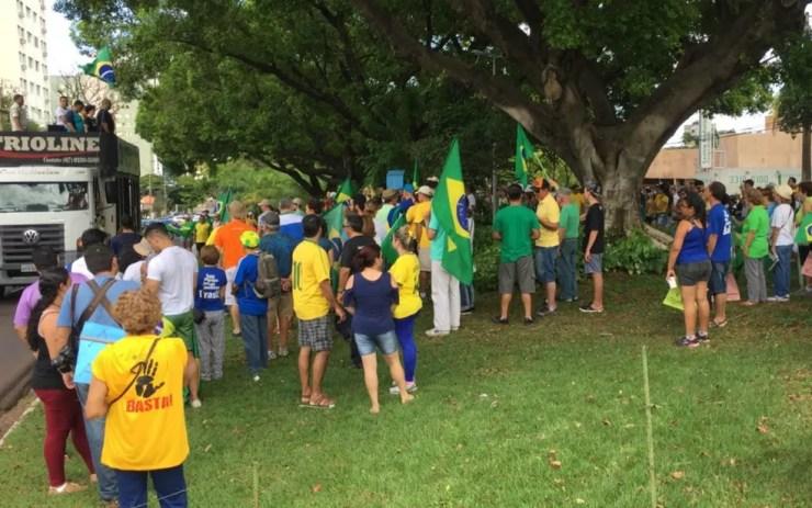 Organizadores e PM dizem que protesto reuniu cerca de 400 pessoas (Foto: Alysson Maruyama/TV Morena)