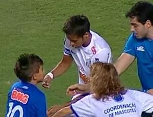 Cruzeirense pede autógrafo para Neymar (Foto: Reprodução Sportv)