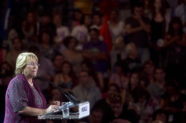 A ex-presidente Michelle Bachelet encerra a campanha nesta quinta-feira (12) no estádio nacional de Santiago (Foto: Claudio Reyes/AFP)