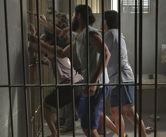 Detentos engrossam o coro contra a comida da prisão (Foto: TV Globo)