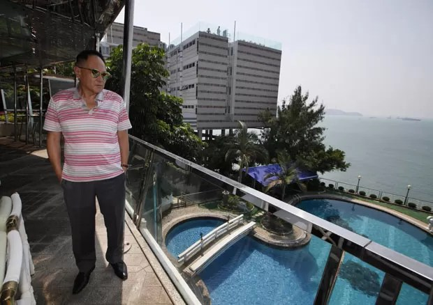 Cecil Chao Sze-tsung tenta arrumar marido para a filha Gigi Chao. (Foto: Kin Cheung/AP)