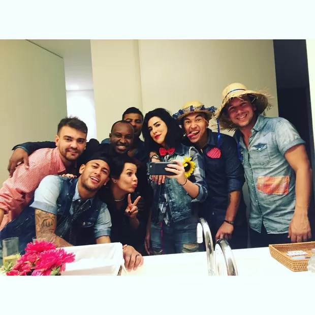 Bruna Marquezine e Neymar vão à festa julina comandada por Huck